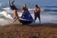 Plajda eğlenirken jet-ski çarptı! İşte o anlar...