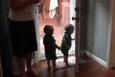 İlk kez pencere gören ikiz bebeklerin şaşkınlığı