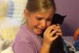 Yavru kedi hediye edilen küçük kızın tarif edilemez mutluluğu
