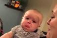 Anne, babasının öpüşmesine katlanamayan bebek