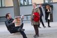 Görünmez sandalye numarası ile insanları trolleyen adam