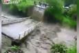Köprü çöktü: Yolcular dereye uçtu!