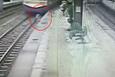 Raylara inen yaşlı adama tren çarptı