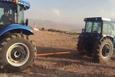 Traktörler üzerinde güç denemesi yapan vatandaşlar