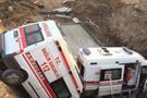 Muş'ta 2 ambulans menfez çukuruna düştü!