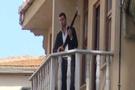 Elinde silahıyla Kumkapı'da para saçıyor!