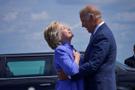 Biden Clinton'ı kucaklamaya doyamayınca...