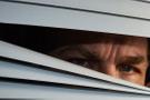 Komşusunun yatak odasını gözetlerken yakalandı