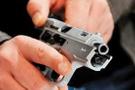 Kendisini şikayete giden eşini silahla vurdu