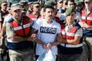 Hero tişörtünü savununca mahkeme başkanı tepki gösterdi