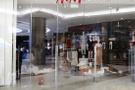 Irkçı reklam yüzünden mağazaya saldırdılar
