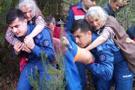 Jandarma 85 yaşındaki kadını sırtında taşıyarak kurtardı!