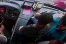 Şoför yol verdi, otobüsün camını kırıp şoföre saldırmak istedi