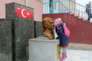 Her sabah Atatürk büstünü öpüp sınıfa giriyor