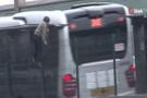 Metrobüse kaçak binmek isteyen çocuklar E-5'te tehlike saçtı