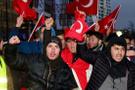 Hollanda'da Türkler PKK'yı protesto etti
