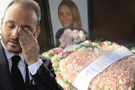 Nişanlısı Mina Başaran'ın mezarlığına bu çiçeği bıraktı