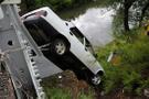 Devrilen otomobil köprü korkuluklarında asılı kaldı