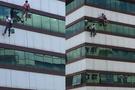 Talihsiz işçi halat kopunca yere çakıldı