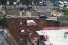Ümraniye'de istinat duvarı çöktü! Araçlar çukura düştü