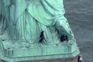 Özgürlük Heykeli'ne tırmanmaya çalıştı!
