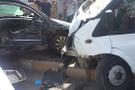 Yolcu minibüsü ile otomobil çarpıştı: Çok sayıda yaralı var!