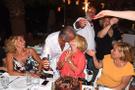Doğum günü partisinde eşini öpmelere doyamadı!