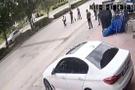 Helal olsun! Sokakta eşini döven adamı sopalarla kovaladılar...