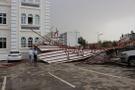 50 metre uçan çatı kaymakamlık bahçesine düştü!