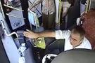Otobüs şoförü, fenalaşan yolcuyu hastaneye yetiştirdi!