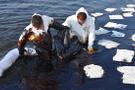 Foça'da denize akaryakıt boşaltan gemi bulundu