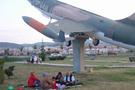 Uçak gölgesinde piknik keyfi