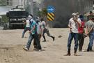 Hakkari'de polis aracını taşa tuttular