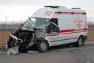 Ambulans kamyonla çarpıştı: 3 yaralı