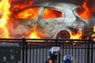 Önlerine gelen arabayı yaktılar!