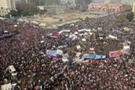 Mısır devriminin yıldönümünde onbinler sokakta