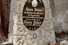 Hitler'in mezar taşları söküldü