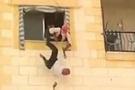 Esad'ın yandaşını 3. kattan böyle attılar