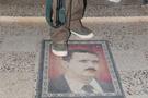 Beşar Esad posterleri paspas oldu