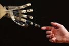 Düşünce ile hareket edebilen yapay el