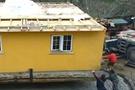 Oflu inşaatçı evini vinçle böyle taşıdı!