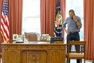 Obama eli belinde poz verdi ama