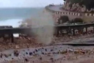 Dev dalgalar sahil yolunu böyle çökertti