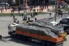 Taksim'e iki kamyon polis barikatı