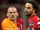 Sneijder hakeme sert çıktı arkadaşları zor tuttu!