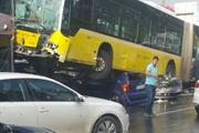 Metrobüs kaza yaptı olay yerinden ilk görüntüler