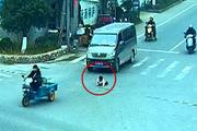 Çocuğu motordan düştü, farkına bile varmadı