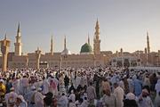 Medine bayram namazı için Hz.Muhammed'in huzuruna akın etti!
