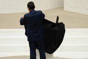 Meclis kürsüsünü siyah örtüyle kapladı