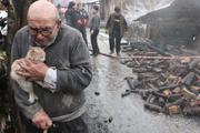 En acı fotoğraf! Kedisine sarılıp felaketi izledi